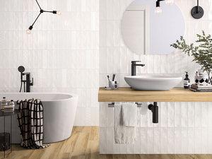 Bagno moderno con un rubinetto una vasca di acqua e le piastrelle